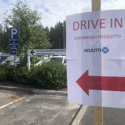 Drive in -koronatestin kyltti Päijät-Hämeen keskussairaalan parkkipaikalla.