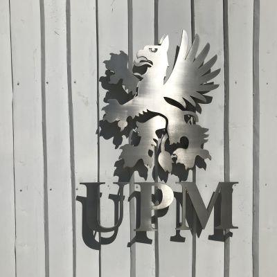UPM:N logo pääkonttorin seinässä.