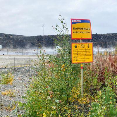 Kaivosalue pääsy kielletty kyltti.