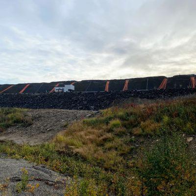 Kaivosalueen laidalla.