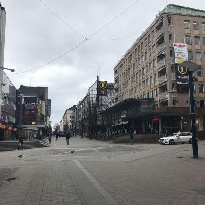 Koronan hiljentämä Jyväskylän keskusta maaliskuussa 2020 keskellä kirkasta päivää.