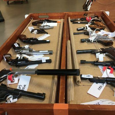 Myytäviä aseita poliisin asehuutokaupassa