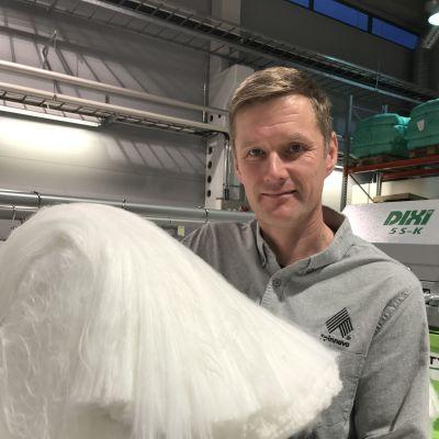 Spinnovan teknologiajohtaja Juha Salmela esittelee puupohjaista tekstiilikuitua.