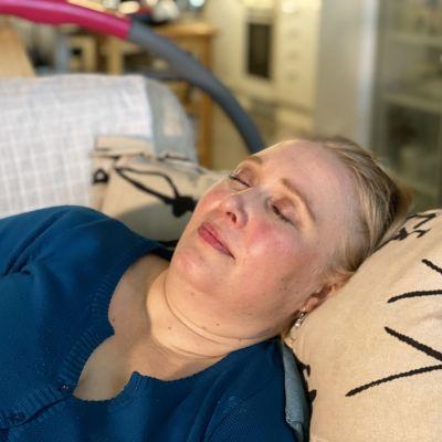 Anne Christiansen nukkuu olohuoneen sohvalla.