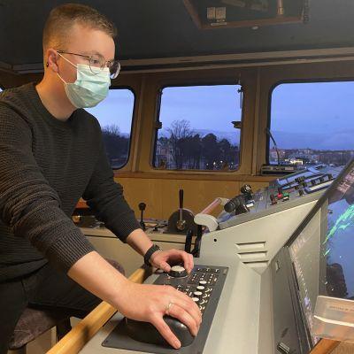 miro johansson tutkii koululaiva MS Katarinan navigointi laitteita