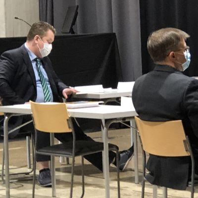 Lahden kaupunginvaltuutettu Francis McCarron selaa pöydän äärellä papereita.