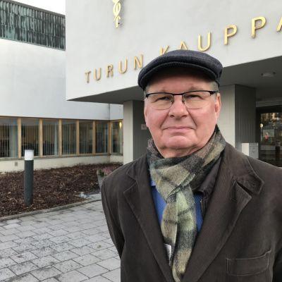 Turun yliopiston Tulevaisuuden tutkimuskeskuksen johtaja Juha Kaskinen yliopiston edessä.