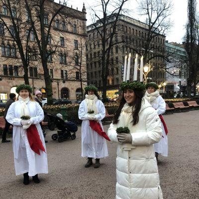 Finlands lucia och några tärnor utomhus.