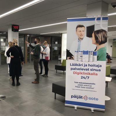 Harjun terveyden henkilökuntaa Lahden sote-keskuksen aulassa