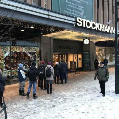 Ihmisiä seisoo jonossa Stockmannin edustalla Hämeenkadulla