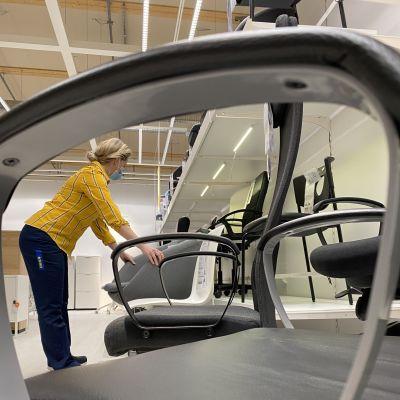 Unna Kemppainen järjestää työtuoleja Ikeassa.