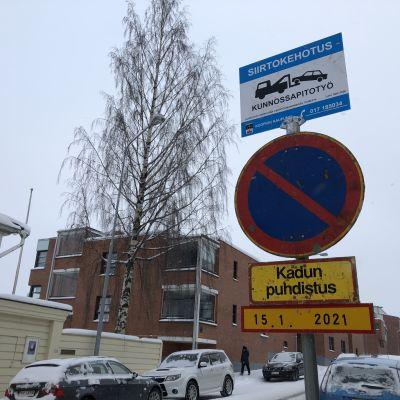 Kadulle on asetettu väliaikainen pysäköintikielto katujen puhdistuksen takia.