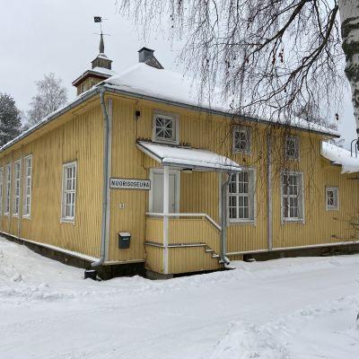 Alvar Aallon suunnittelema keltainen puurakennus on Alajärven nuorisoseurantalo.