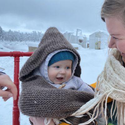Aatos-vauvaa ja äiti Annea naurattaa, kun Anne pitää Aatosta istumassa potkurissa..