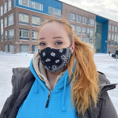 Nuori nainen lähikuvassa Tredun Hepolamminkadun toimipisteen edessä.
