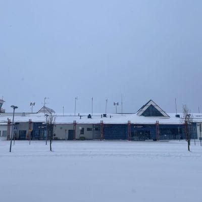 Hiljentynyt Kajaanin lentoasema ulkoapäin.
