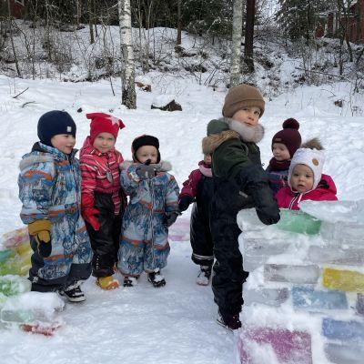Lapsia jäälinnassa