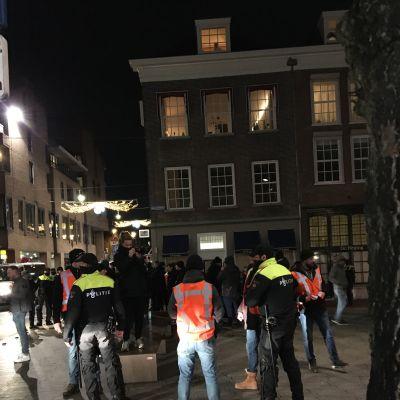 Fotbollsfans patruller i Den Bosch