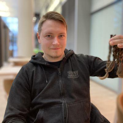 Joonas Saranen esittelee irti leikattuja hiuslettejä.