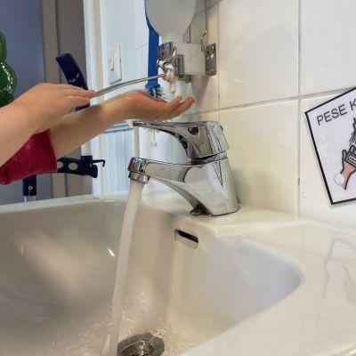 Lapsi pesee käsiään Tapiolan päiväkodissa Kajaanissa.