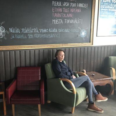 nainen istuu tuolissa