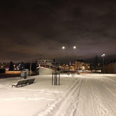 Kuopion uusi aallonmurtaja talvella. Laiturissa ravintolalaiva Ukko.