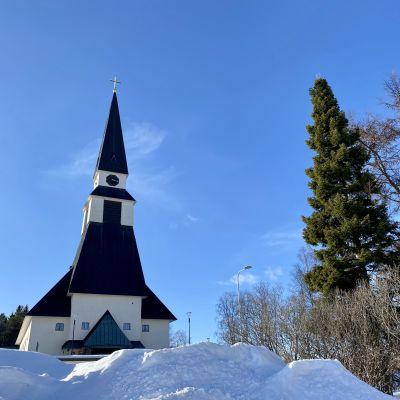Rovaniemen pääkirkko, edustalla lumikasa