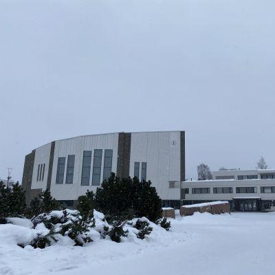 Rovaniemen kaupungintalo lumisessa maisemassa