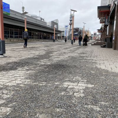 Rovaniemen Koskikadun pinta, jossa on soraa ja sepeliä. Katu on miltei tyhjä ihmisistä.