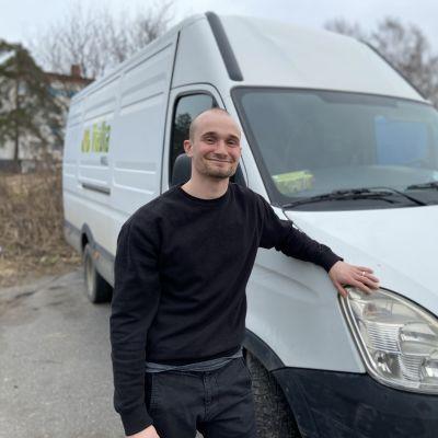 Erkki Soini hymyilee ViaDian toimimattoman pakettiauton vierellä.