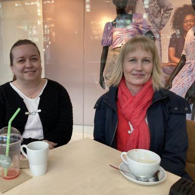 Tiina Tolvanen ja Tiina Jämsen aamukahvilla kahvilassa.