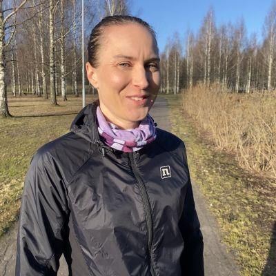 Juoksuvalmentaja Sanna Erkinheimo.
