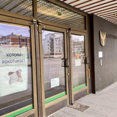Rovaniemen kaupungin rokotuspaikka kaupungintalolla ulkoapäin kuvattuna.