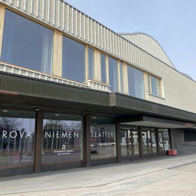 Rovaniemen teatteri edestäpäin kuvattuna, ikkunassa lukee teatterin nimi isoin kirjaimin.