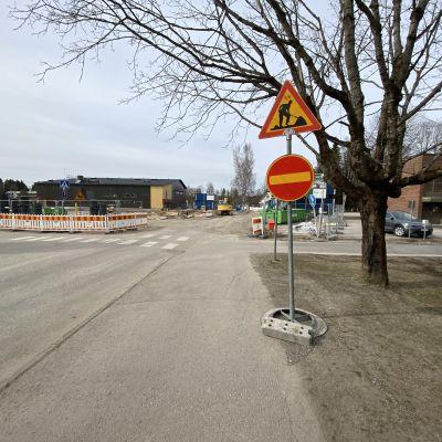 Kärkölän koulun työmaa, edessä ajokielto-liikennemerkki.