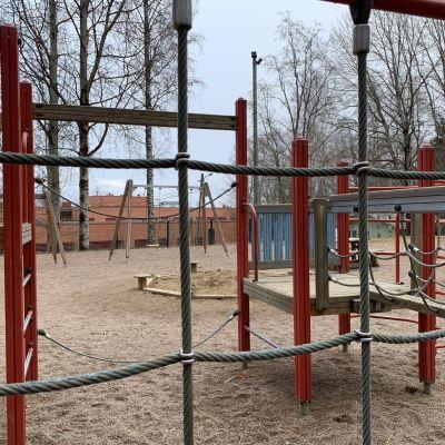 Lasten kiipeilyteline leikkipuistossa