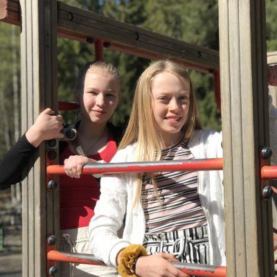 Lentävänniemen koulun 5-luokkalaiset Elli Aho ja Vilja Savolainen