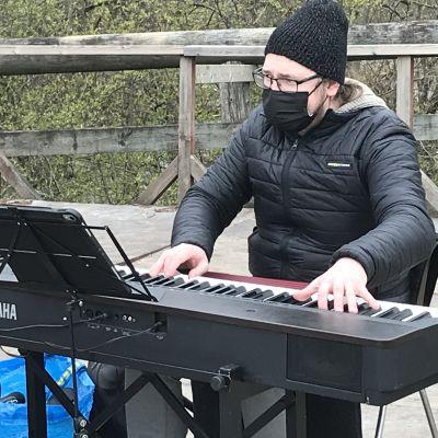 Jesper Eklund spelar keyboard.