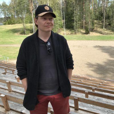 Ohjaaja Jukka Vidgren Koljonvirran kesäteatterin katsomossa