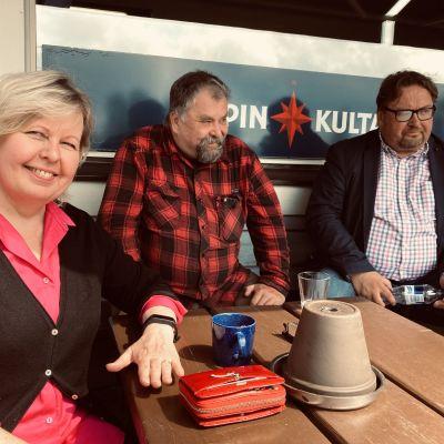 Minna Koskinen, Taavi Riihelä sekä Esa Mikkonen iloitsevat kaivoshankkeen peruuntumisesta.