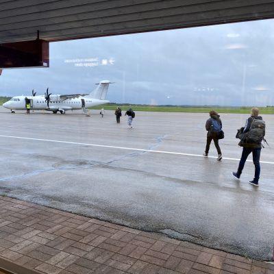 Matkustajat nousevat ensimmäiselle DATin lennolle kohti Helsinkiä.