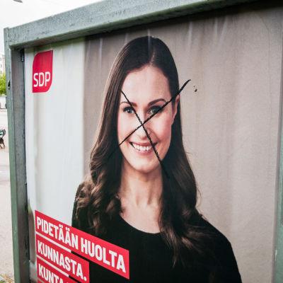 Sanna Marinin töhritty vaalimainos Tampereen Tammelassa.