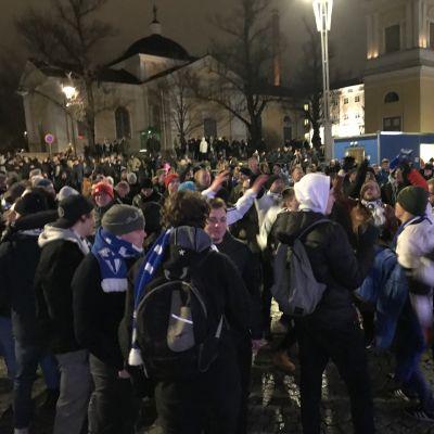 Jalkapallofanit juhlivat Suomen pääsyä jalkapallon EM-kisoihin Tampereen Keskustorilla. Taustalla näkyy Tampereen vanha kirkko.