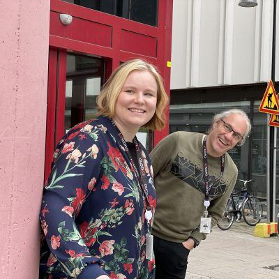 Sanni Reinikainen ja Tommi Salmela Ohjaamon oven edessä.