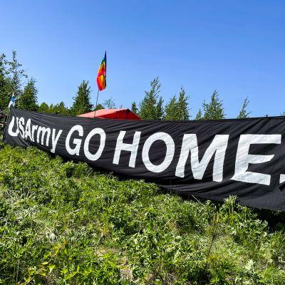 Mielenosoittajat protestoivat Suomen ja Yhdysvaltojen yhteistä lentoharjoitusta Rissalassa