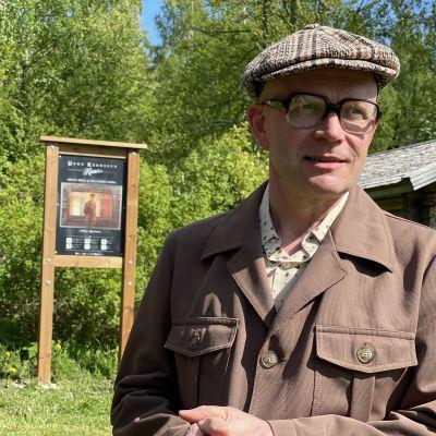 Varkauden teatterin johtaja Kari Suhonen pukeutuneena ruskeaan 1960-luvun miesten pukuun.