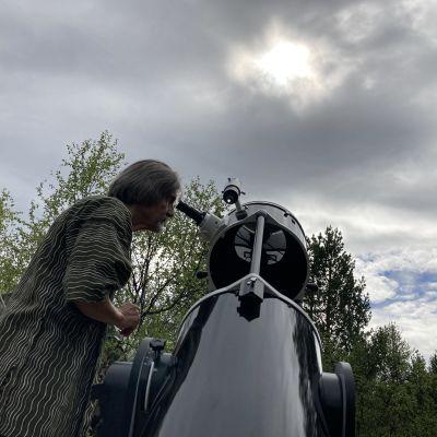 Juhani Harjunharja seuraa auringonpimennystä kotipihallaan Utsjoella.