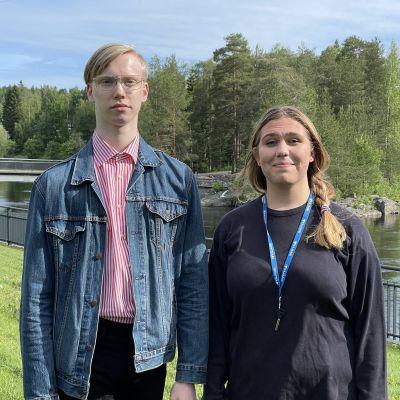 Patrik Huotari (sdp) ja Jonna Kyllönen (kesk.) Kajaaninjoen rantapuistossa.