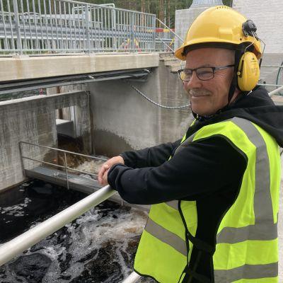 Pielisen-Karjalan kalatalousalueen puheenjohtaja Jukka Turunen katsoo Pankakosken voimalaitokselle rakennettua vaelluskalojen kiinniottolaitetta hymyillen.