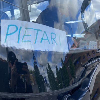 Pietari-kyltti tilausbussin ikkunalla